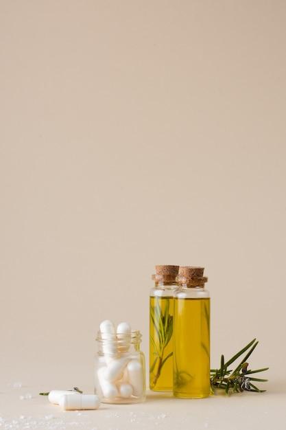 Bouteilles En Plastique Gros Plan Avec De L'huile Et Du Romarin Photo gratuit