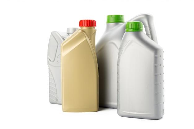 Bouteilles en plastique d'huiles automobiles isolées sur blanc Photo Premium