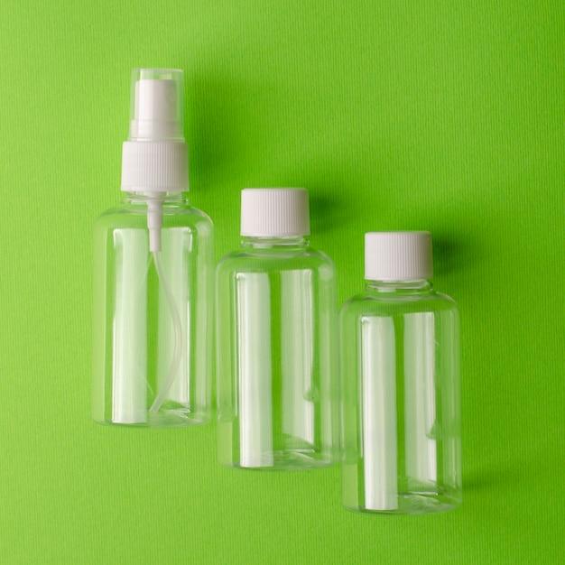 Bouteilles transparentes vides pour différents produits liquides. Photo Premium