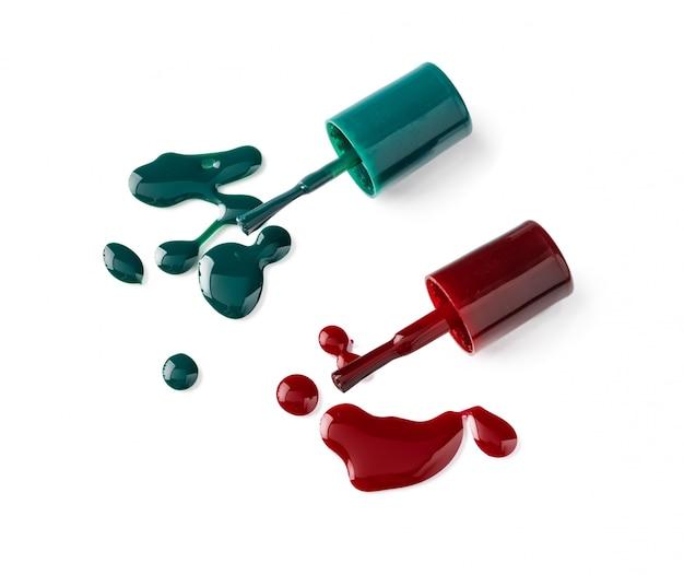Bouteilles de vernis à ongles de couleur vive avec jus de cuisson sur fond blanc Photo Premium