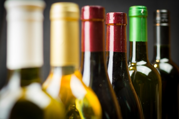 Bouteilles De Vin Dans Une Rangée Photo Premium