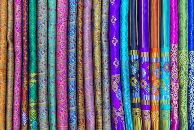 Boutique de souvenirs d'artisanat sur le marché nocturne de luang prabang, laos Photo Premium