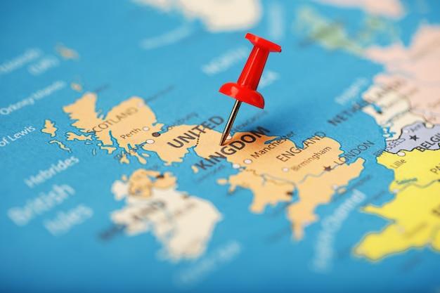 Le bouton rouge indique l'emplacement et les coordonnées de la destination sur la carte du pays d'angleterre Photo Premium