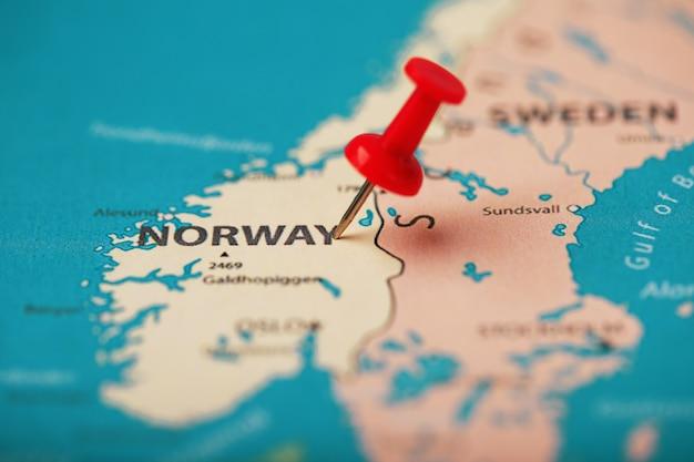 Le bouton rouge indique l'emplacement et les coordonnées de la destination sur la carte du pays de norvège. Photo Premium