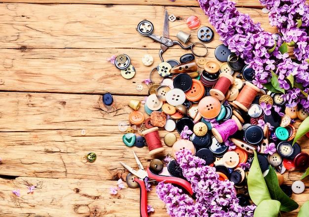 Boutons brillants et branche lilas Photo Premium