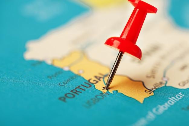 Des boutons multicolores indiquent l'emplacement et les coordonnées de la destination sur la carte du portugal Photo Premium