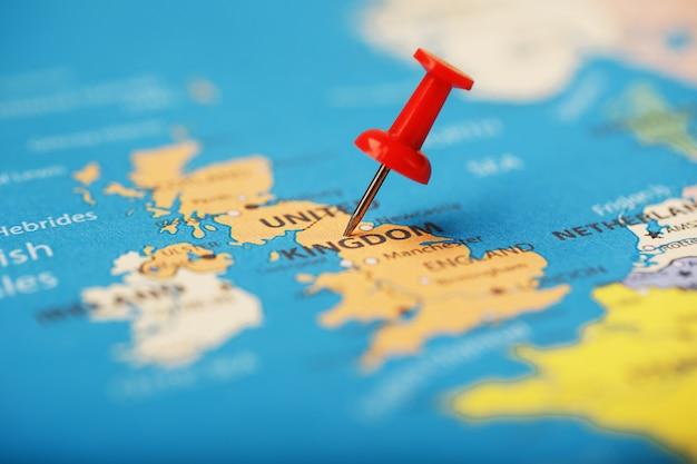 Les boutons multicolores indiquent l'emplacement et les coordonnées de votre destination sur la carte du royaume. Photo Premium