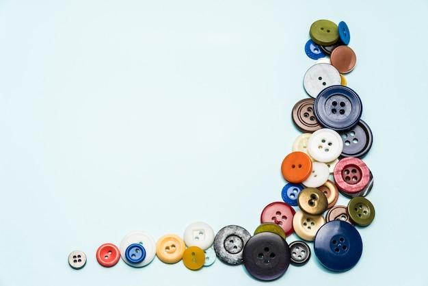 Les Boutons Multicolores Reposent Sur Une Surface Bleue Photo Premium