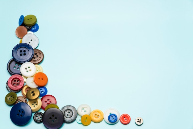 Les Boutons Multicolores Se Trouvent Sur Un Fond Bleu. Photo Premium