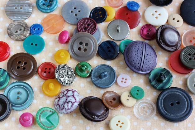 Boutons en plastique multicolores éparpillés sur la table Photo Premium