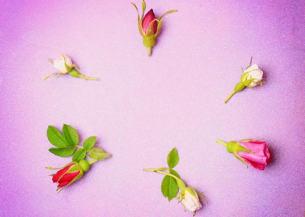 Boutons De Rose Sur Un Fond En Bois Violet Dans Un Style Rétro Shabby Chic Vue De Dessus Un Endroit Doux Pour Les Félicitations Photo Premium