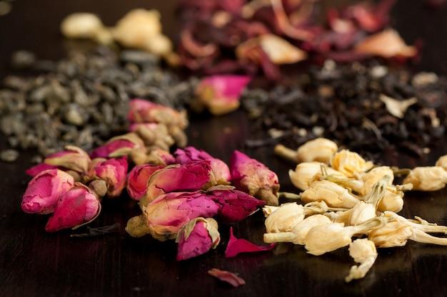 Boutons De Roses Séchées Et De Jasmin Photo Premium