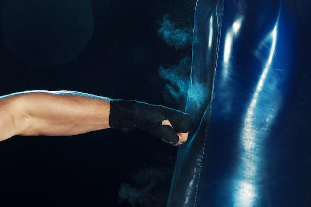 Boxe Homme Boxe Dans Un Sac De Boxe Avec Un éclairage énervé Dramatique Photo gratuit