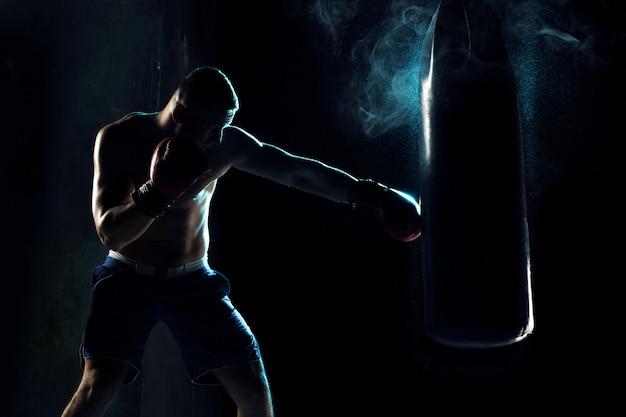 Boxe Homme Boxe Dans Un Sac De Boxe Photo gratuit
