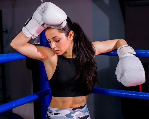 Boxer fille posant à la gym Photo gratuit