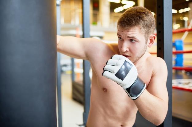 Boxer Frapper Sac De Boxe Dans Fight Club Photo gratuit