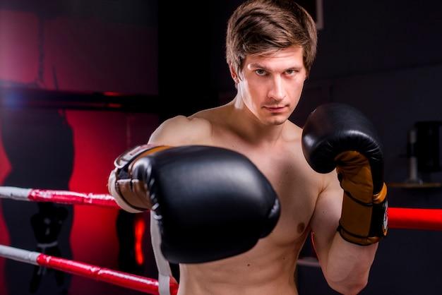 Boxer garçon posant à la gym Photo gratuit
