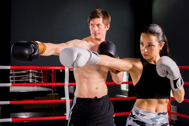 Boxers posant à la gym Photo gratuit