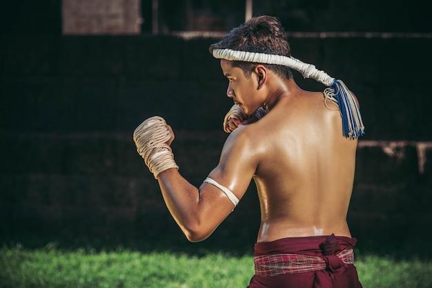 Un Boxeur A Attaché Une Corde à La Main Et A Effectué Un Combat, Les Arts Martiaux Du Muay Thai. Photo gratuit