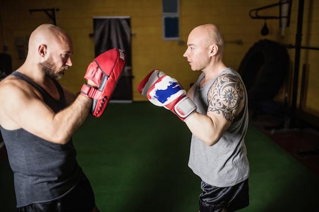 Boxeurs Pratiquant La Boxe Dans Le Studio De Fitness Photo gratuit