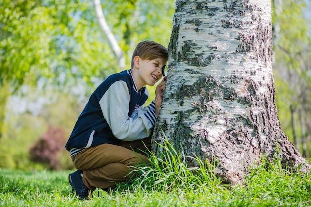 Boy analysant étroitement un coffre Photo gratuit