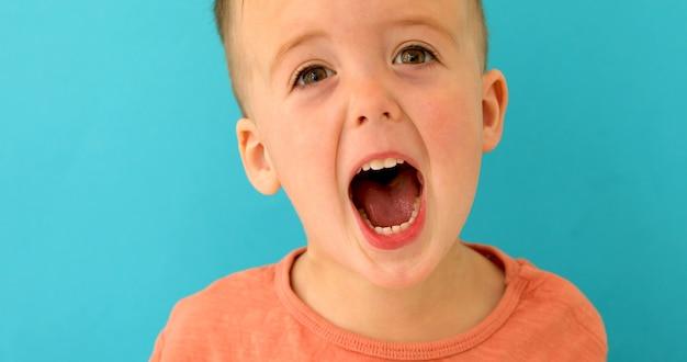 Boyscreams bouche grande ouverte Photo Premium