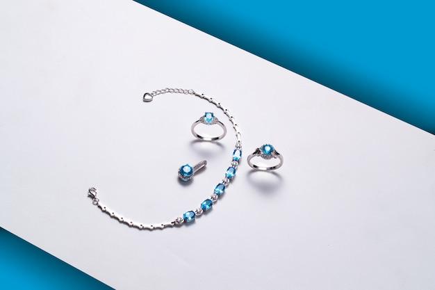 Bracelet bagues pierres topaze bleue Photo Premium
