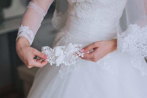 Bracelet de bijoutier sur la main de la mariée Photo Premium