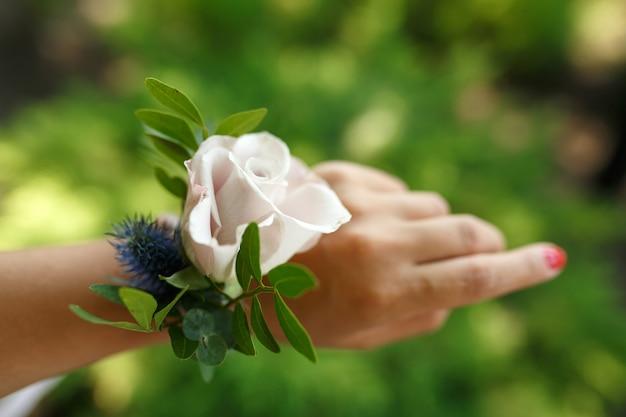Bracelet de décorateur de fleuriste pour demoiselle d'honneur en rose fraîche Photo Premium