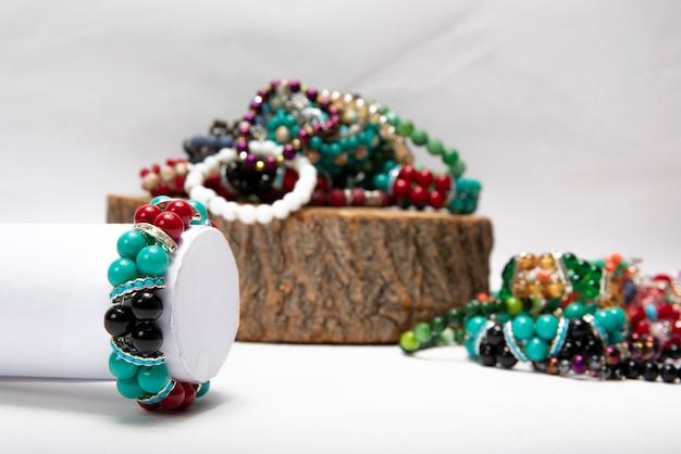 Bracelets Faits De Perles Et De Pierres Colorées. Photo gratuit