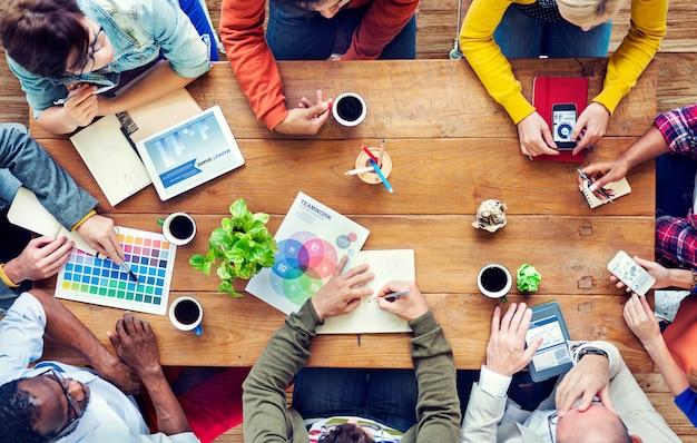 Brainstorming Par Un Groupe De Concepteurs Multiethniques Photo gratuit