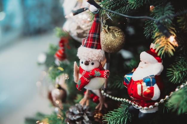 Branche D'arbre De Noël Avec Des Jouets Photo Premium