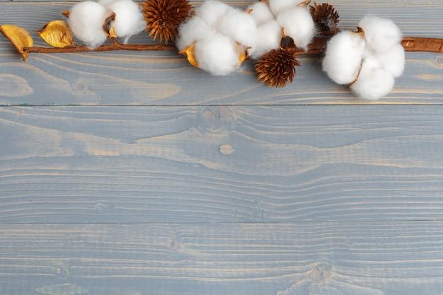 Branche de fleurs de coton sur fond en bois Photo Premium