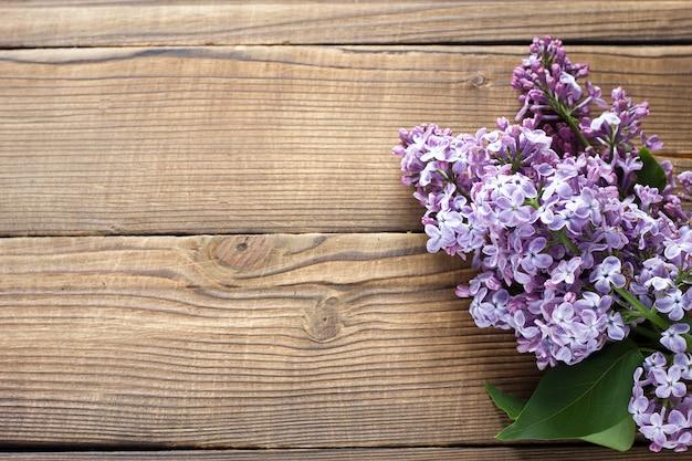 Branche de lilas violet sur un fond en bois Photo Premium