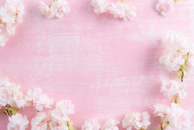 Branches fleuries de printemps sur fond en bois rose Photo Premium