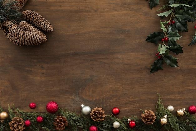 Branches De Houx Avec Des Cônes Sur La Table Photo gratuit