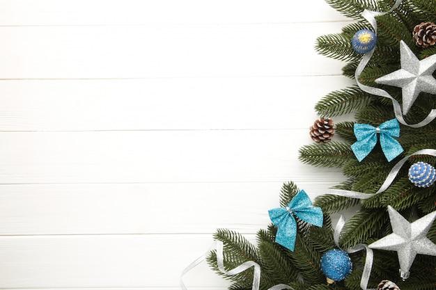 Branches De Sapin Avec Décoration De Noël Argent Et Bleu Sur Fond Blanc Photo Premium