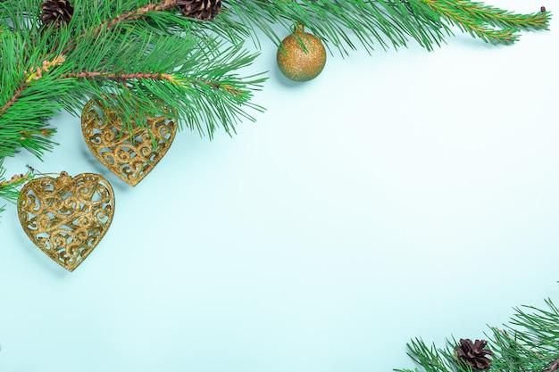 Branches De Sapin Et Jouets De Noël. Carte De Noël Ou Du Nouvel An Photo Premium