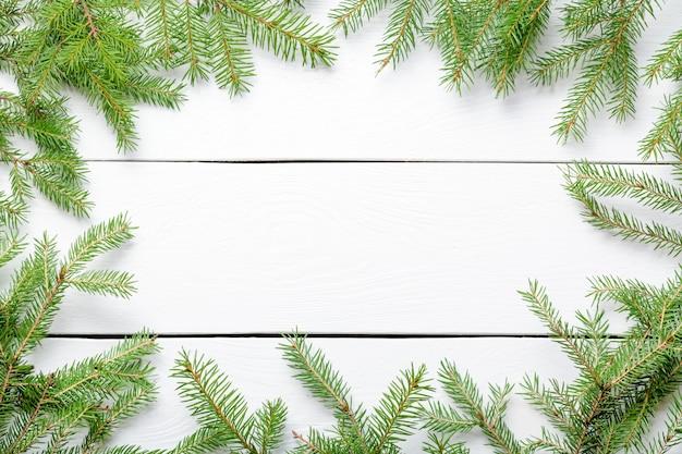 Branches De Sapin De Noël Sur Une Planche En Bois Rustique Blanche Avec Espace Copie Photo Premium