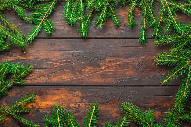 Branches De Sapin De Noël Sur Une Planche En Bois Rustique Marron Avec Espace Copie Photo Premium