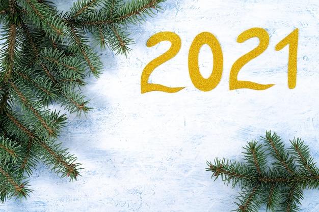 Branches De Sapin Et Numéro De Nouvel An Doré Photo Premium