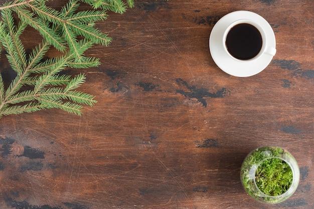 Branches de sapin vert hiver avec tasse de thé sur bois Photo Premium