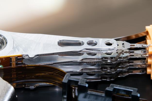 Le bras de l'actionneur a ouvert le lecteur de disque dur hdd. Photo Premium