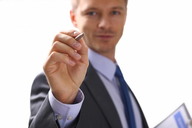 Bras Masculin En Forme De Cravate Et De Remplissage Attaché Au Coussin Photo Premium