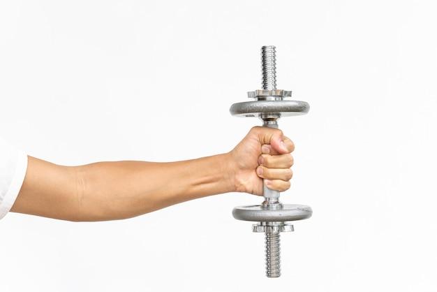 Bras de mec musclé, faire des exercices avec haltère sur blanc avec espace de texte copie Photo Premium