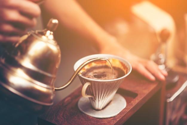 Le brassage au goutte-à-goutte, le café filtré ou le déversement sont une méthode qui consiste à verser de l'eau Photo Premium