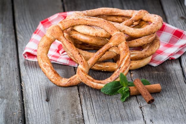 Bretzels Allemands Sur Table En Bois Photo Premium