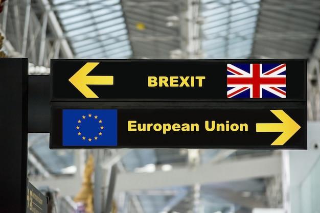 Brexit ou sortie britannique sur le panneau de l'aéroport avec un arrière-plan flou Photo Premium