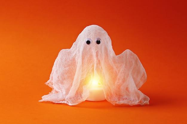 Bricolage halloween fantôme d'amidon et de gaze orange. idée cadeau, décor halloween. pas à pas Photo Premium