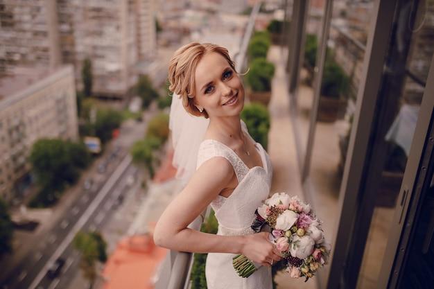 Bride Souriante Avec La Ville De Fond Photo gratuit